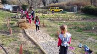 En el projecte del bosc de les escoles s'ha construït un circuit sensorial per que els infants puguin caminar descalços i experimentar les sensacions de trepitjar diferents elements de la […]